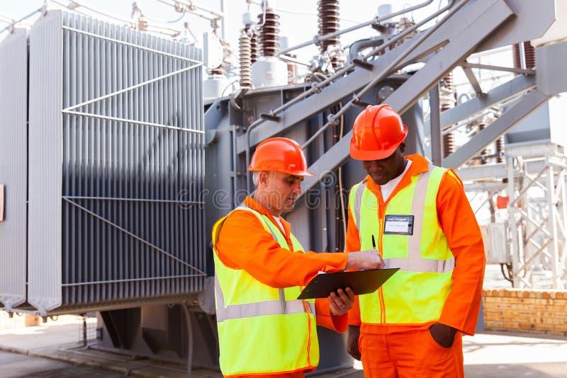 Ingenieure, die Arbeit besprechen lizenzfreies stockfoto