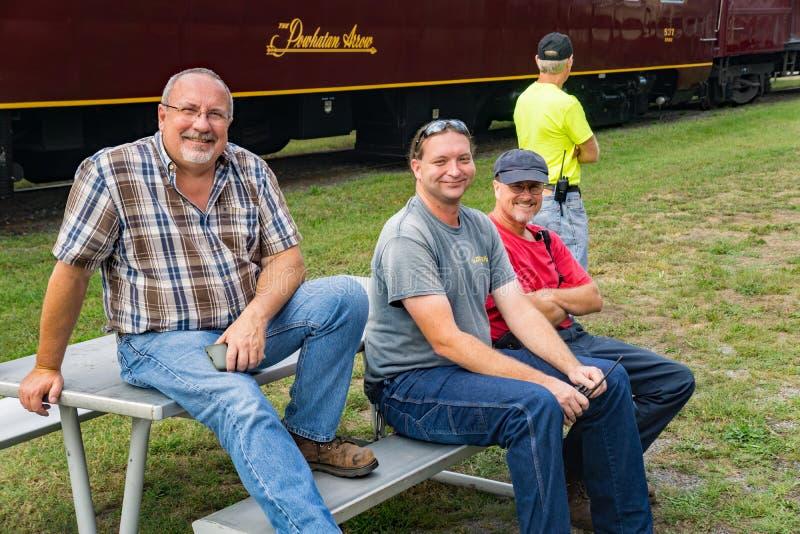 Ingenieure, die auf den dritten jährlichen Big Lick Train Tug warten stockfotografie