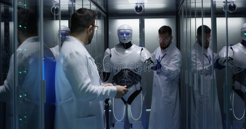 Ingenieure, die auf Roboterkontrollen prüfen stockbild