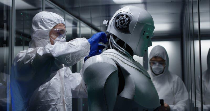 Ingenieure, die auf Roboterkontrollen prüfen stockfotos
