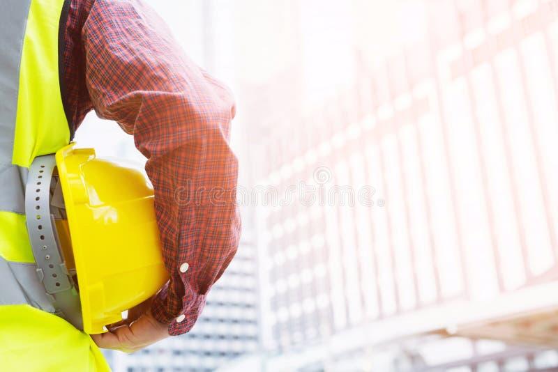 Ingenieure errichten hohe Gebäude entsprechend dem Plan, der entsprechend dem Ziel geplant wird, um die Arbeit aufrechtzuerhalten stockbild