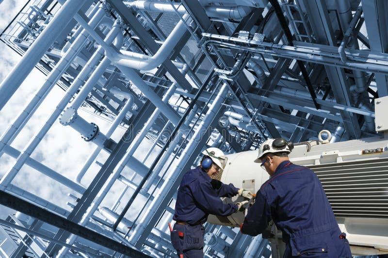 Ingenieure mit Rohrleitungen lizenzfreie stockbilder