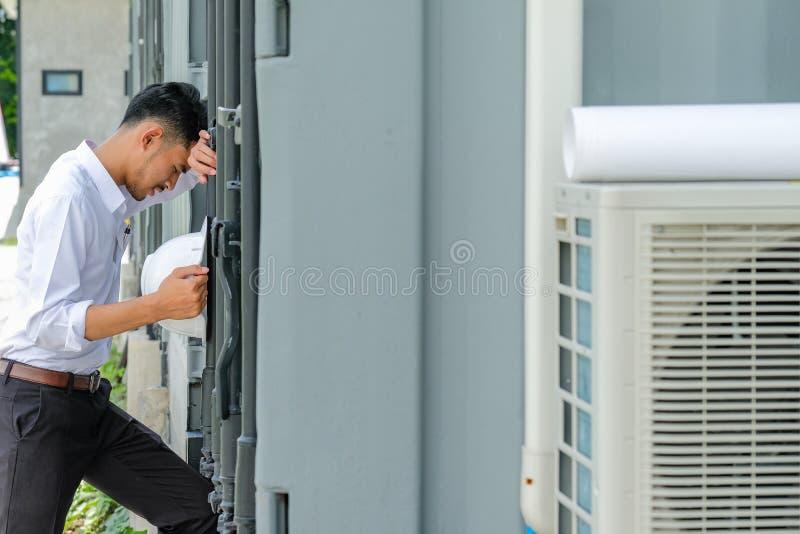 Ingenieure sind mit dem Job angespannt lizenzfreies stockbild