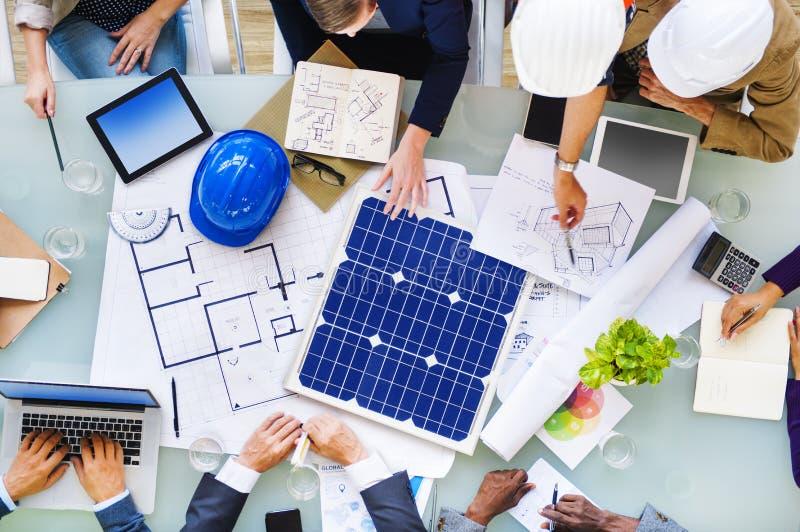 Ingenieure und Architekten, die für ein neues Projekt planen lizenzfreie stockbilder