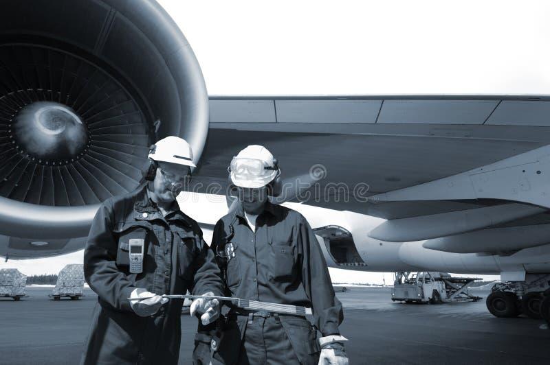 Ingenieure und Verkehrsflugzeug lizenzfreies stockfoto