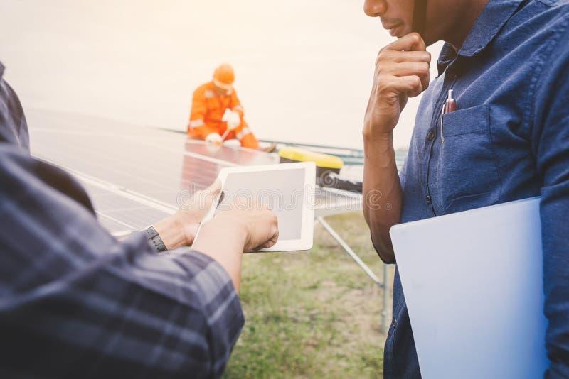 Ingenieurfunktion auf der Installierung des Sonnenkollektors; Operation des Solarkraftwerks durch intelligenten Betreiber stockfotos