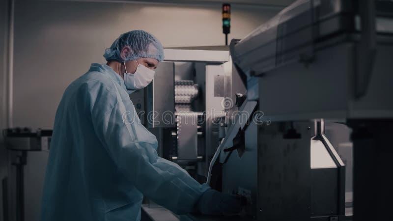 Ingenieurkontrolle Pharma-Herstellung Fabrikarbeiter, der pharmazeutische Geräte betreibt Pharmaindustrie lizenzfreie stockfotografie