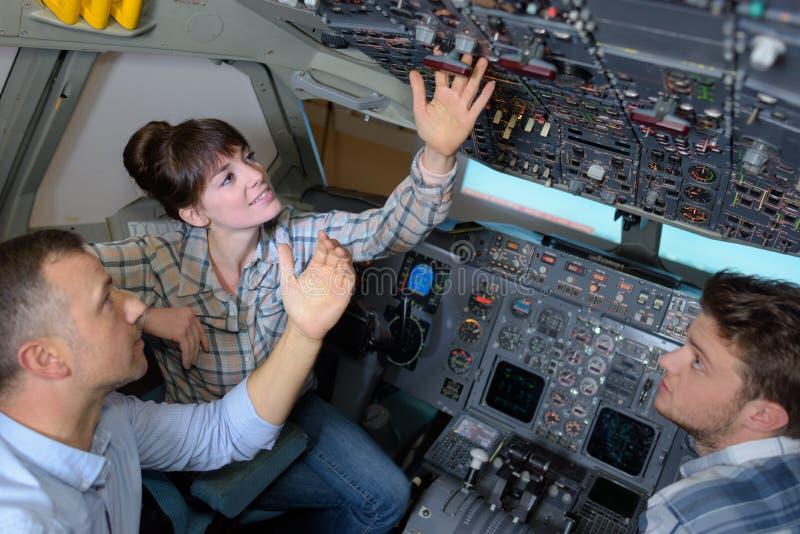 Ingenieurs binnen vliegtuigencockpit royalty-vrije stock foto
