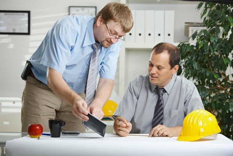 Ingenieurs die op kantoor spreken royalty-vrije stock afbeeldingen