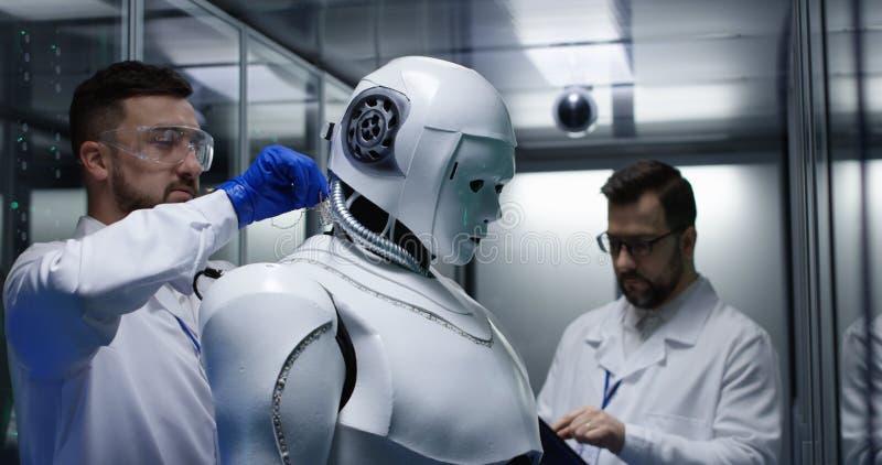 Ingenieurs die op robotcontroles testen royalty-vrije stock foto's