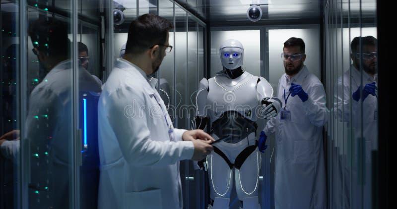 Ingenieurs die op robotcontroles testen stock fotografie