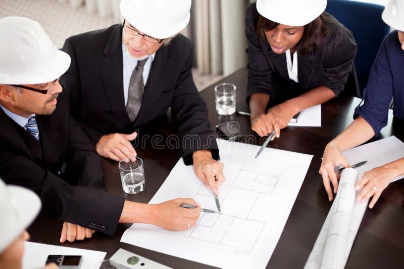 Ingenieurs die over een nieuw project bespreken stock foto's