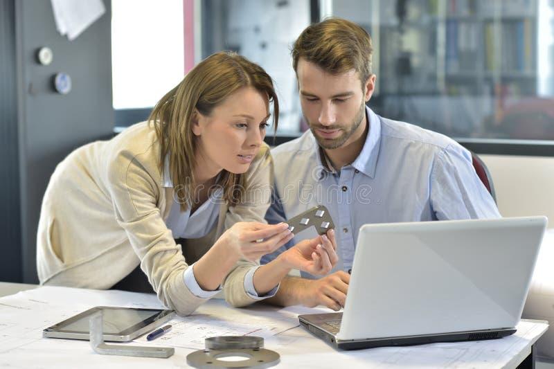 Ingenieurs in industriesector het samenwerken royalty-vrije stock foto
