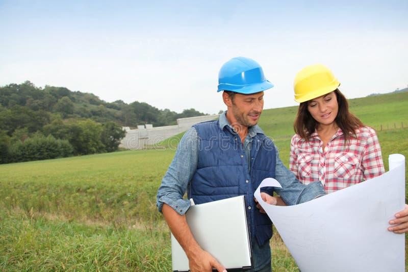 Ingenieurs op bouwterrein stock afbeelding