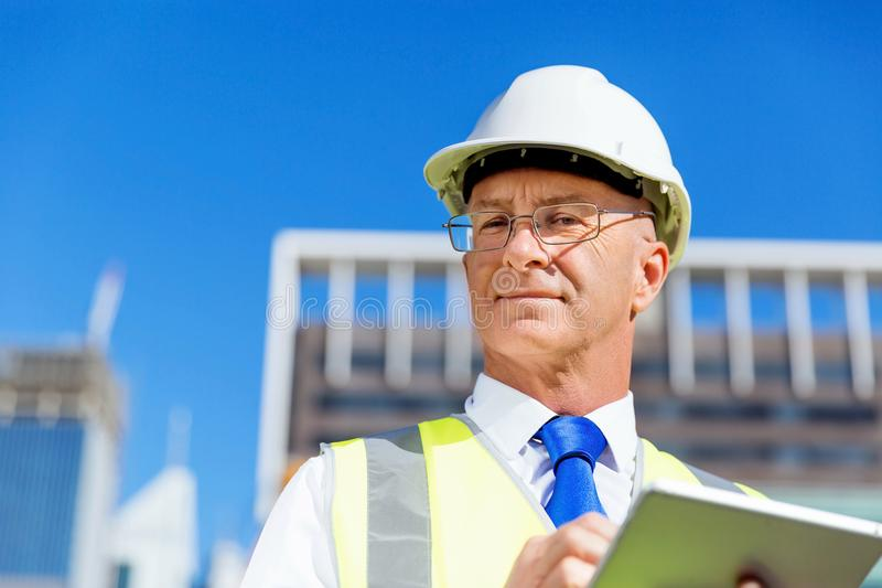 Ingenieursbouwer bij bouwwerf stock fotografie