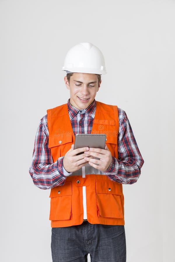 Ingenieursmens die met tablet aan witte achtergrond werken royalty-vrije stock foto's