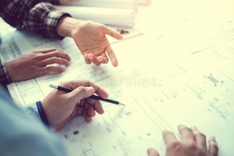 Ingenieursvergadering voor architecturaal project en het werken met deel royalty-vrije stock foto's