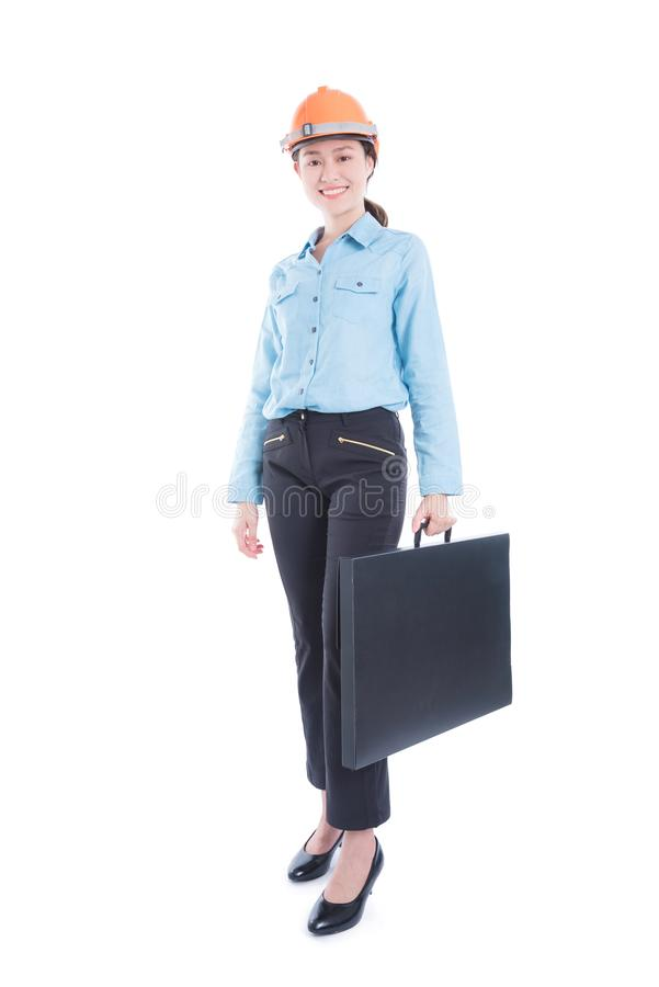 Ingenieursvrouw die helm dragen en zak het glimlachen houden stock afbeeldingen