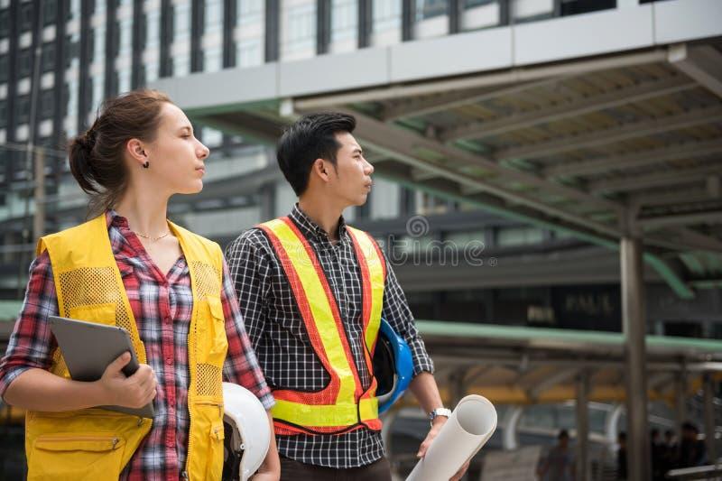 Ingenieurteamblick auf Baustelle stockfotos