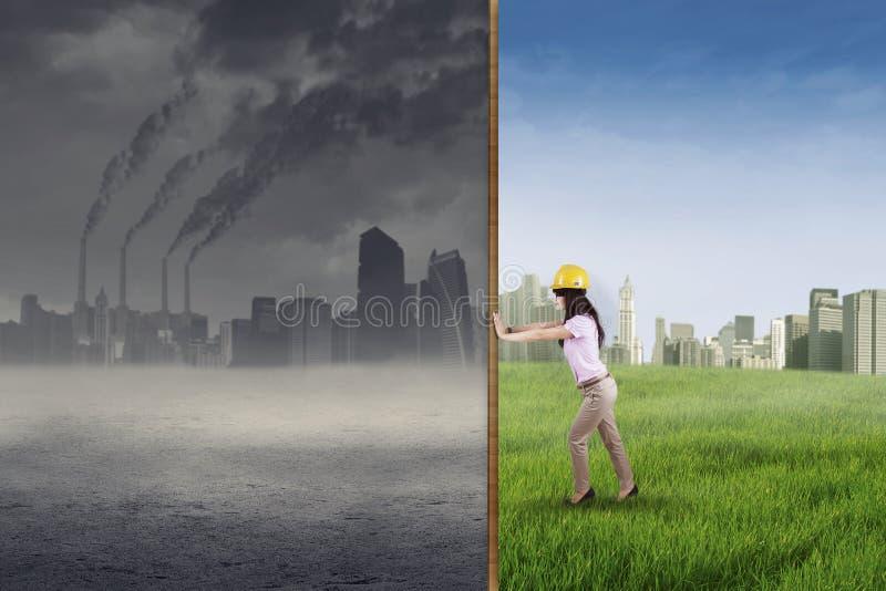 Ingenieurversuch, zum einer grünen Stadt zu machen lizenzfreie stockfotos