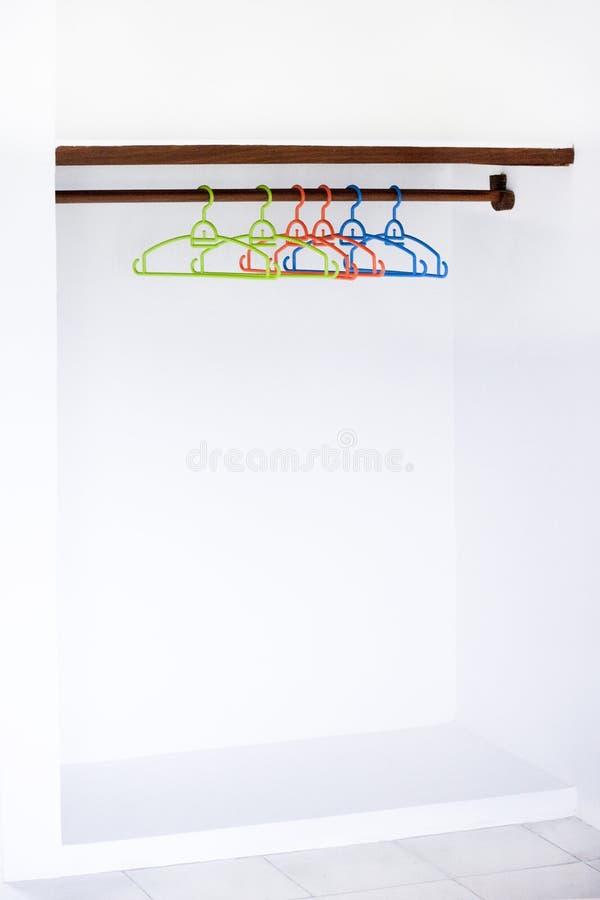 Ingenting att bära hängaren för lag för designSale begrepp på vitt väggkopieringsutrymme royaltyfri fotografi