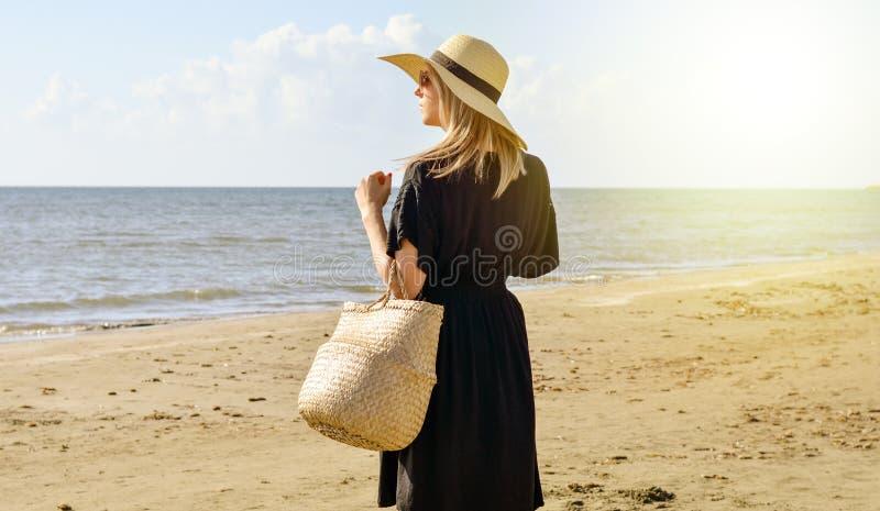 Ingenting lugnar andan som går på stranden arkivbilder