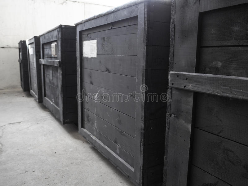 Ingepakt in donkere houten ladingsdoos De verpakking van de goederen De Speciale behandeling van de verpakkingslijst van houten v stock foto