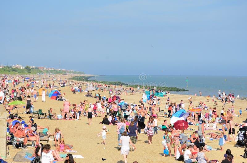 Ingepakt strand tijdens Airshow in Clacton op Overzees stock fotografie