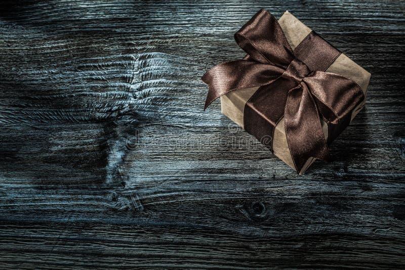 Ingepakte bruine huidige doos op houten raad royalty-vrije stock foto's