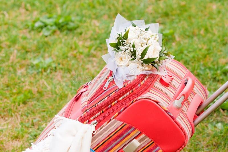 Ingepakte koffer voor wittebroodsweken royalty-vrije stock afbeeldingen