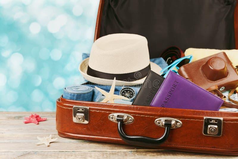 Ingepakte uitstekende koffer voor de zomervakantie, vakantie, reis en reis stock foto's