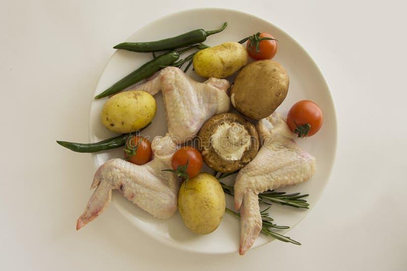 Ingerdients para las alas de pollo asadas europeo desde arriba fotos de archivo