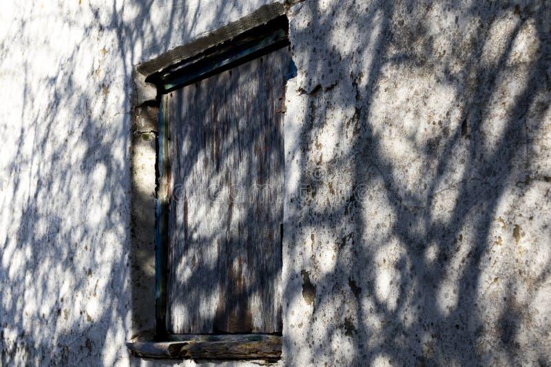 Ingescheept op venster stock fotografie