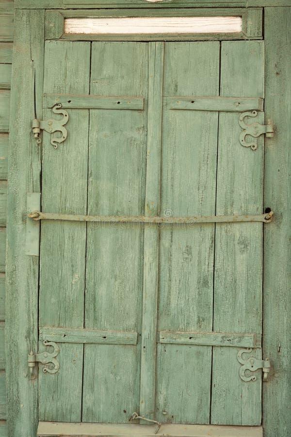 Ingescheept op venster van een oud blokhuis Textuur van hout royalty-vrije stock afbeelding