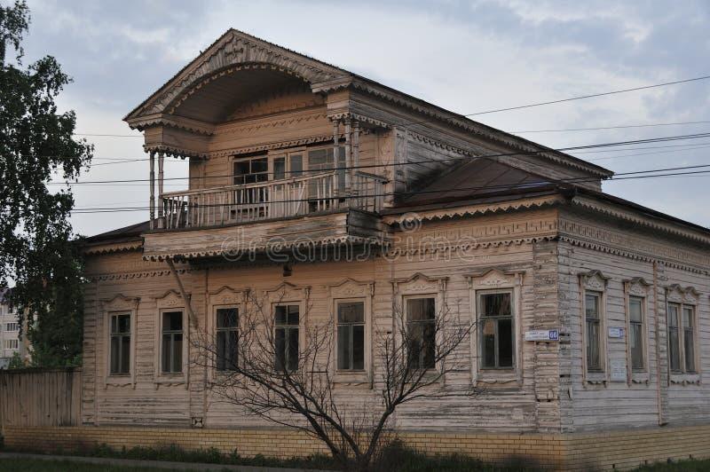 Ingescheept op vensters op de oude houten muur van het huis De gravure versiert het oude venster De muren van het huis van stock fotografie