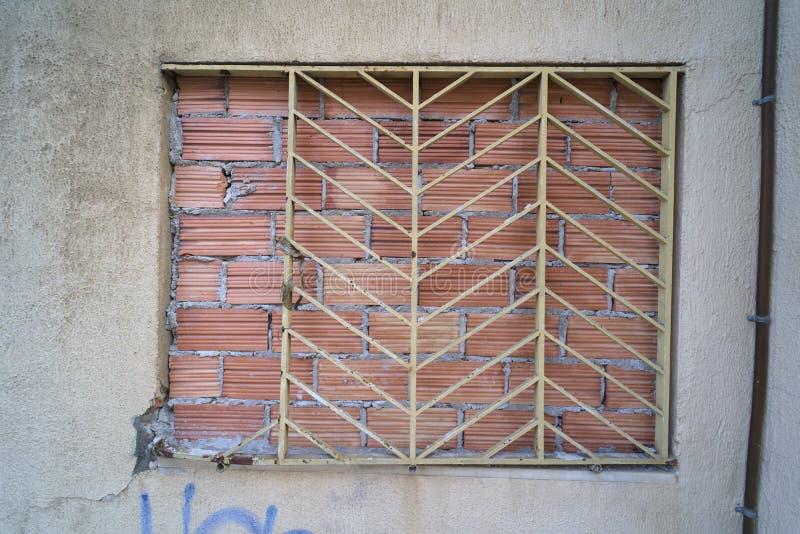 Ingescheept venster in de stad royalty-vrije stock afbeeldingen