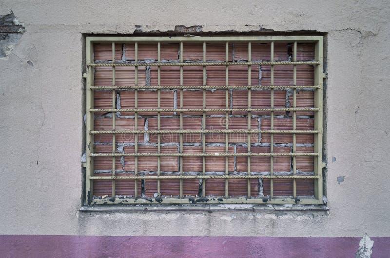 Ingescheept venster in de stad stock foto