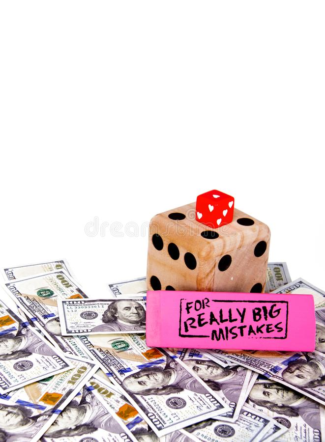 Inget älskar framställning av finansiella fel och att spela med fel information Tärning över spridda pengar royaltyfria foton