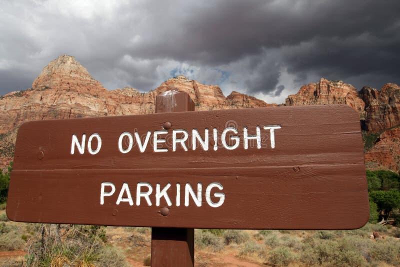 inget över natten parkeringstecken för det fria royaltyfri fotografi