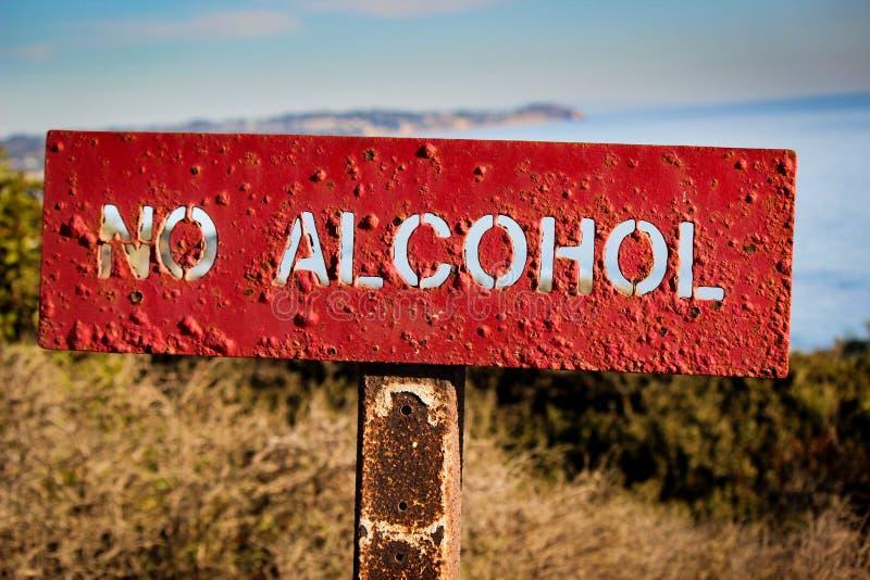 ` Inget alkohol`-tecken som postas på El-matador State Beach, Malibu arkivbilder