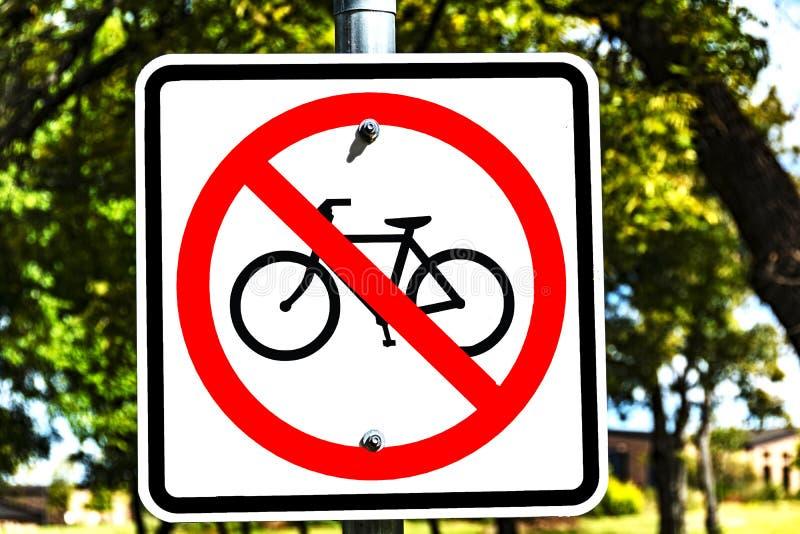 Inget cykeltecken - röd cirkel med snedstreck royaltyfri fotografi