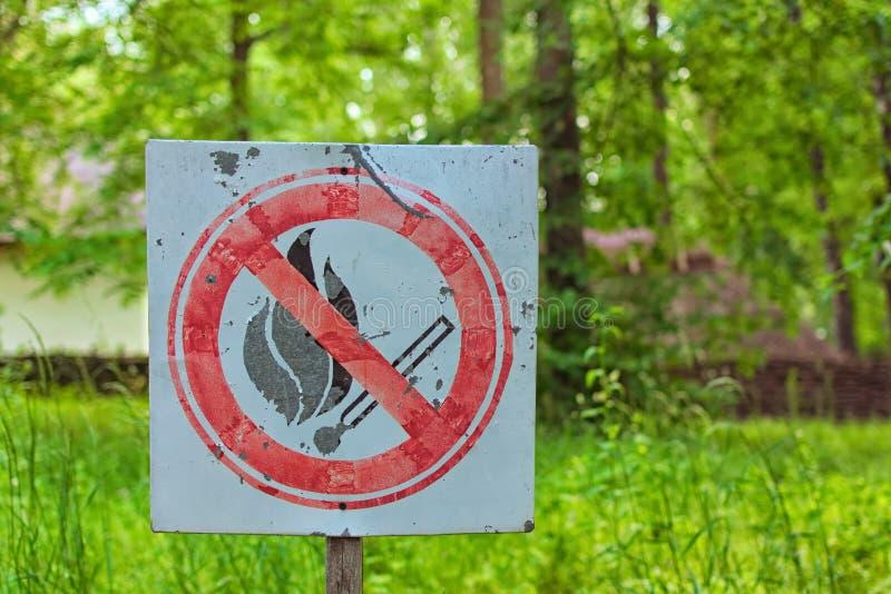 Inget gammalt tecken för matchbrand Röd runda med den korsade matchen Suddig naturbakgrund Förbud av ljus en brand Gör inte brand royaltyfri foto
