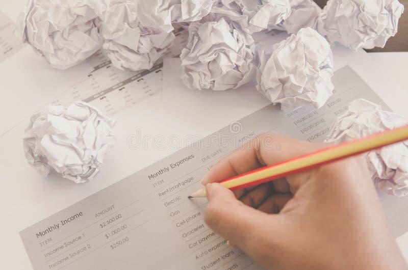 Inget idé och kuggningbegrepp - mänsklig hand som rymmer skrynkligt papper och avfall royaltyfri foto