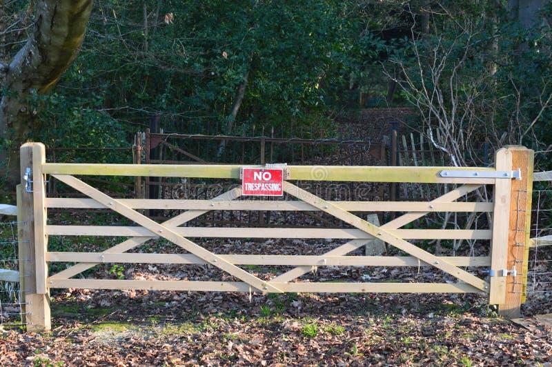 Inget inkräkta tecken på den wood porten royaltyfri fotografi