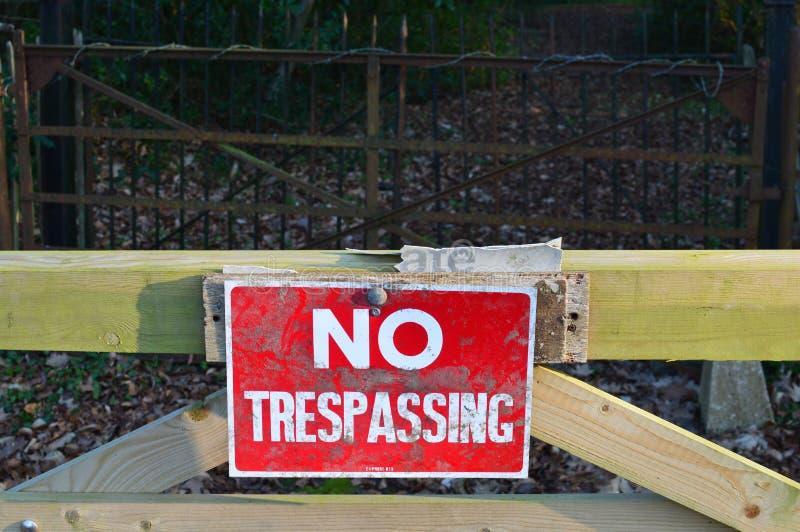 Inget inkräkta tecken på den wood porten arkivfoto