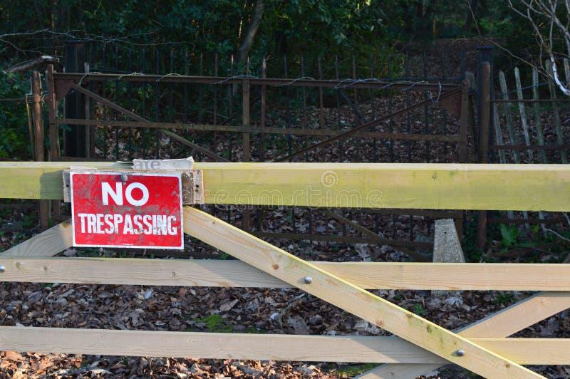 Inget inkräkta tecken på den wood porten arkivfoton