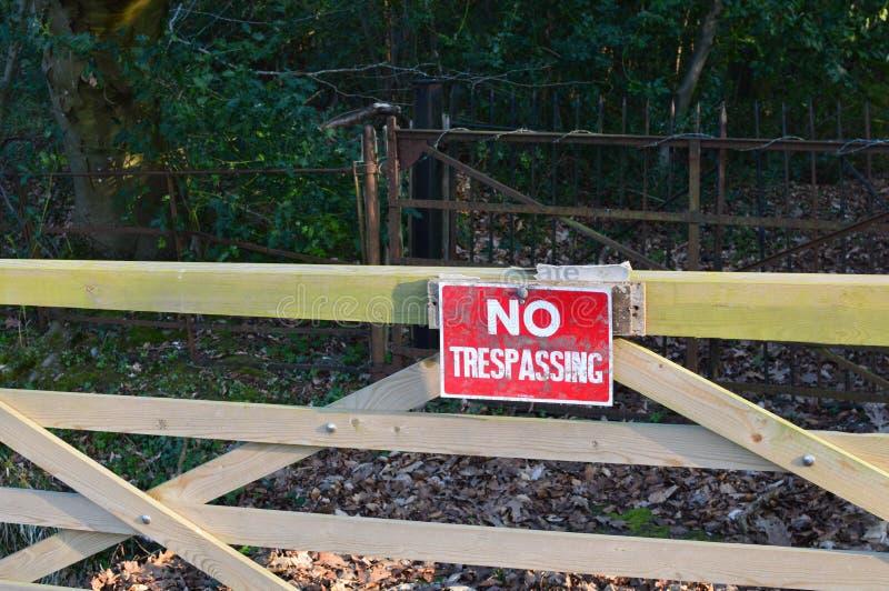 Inget inkräkta tecken på den wood porten royaltyfria foton