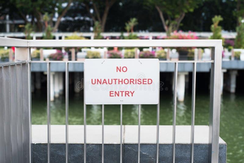 Inget obehörigt tillträdestecken på porten arkivfoto