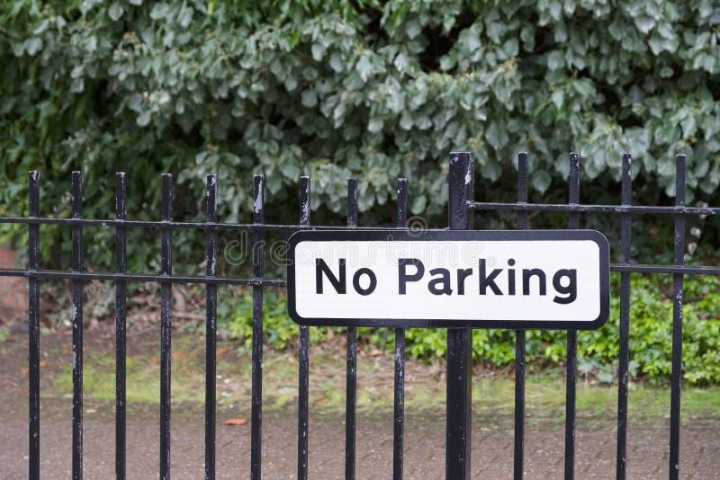 Inget parkera tecken på allmänhet parkerar vägen royaltyfria foton