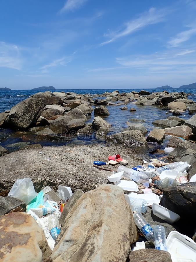 Inget plast-, avfall tvättades upp på strandhavskusten under lågvattnet arkivfoton